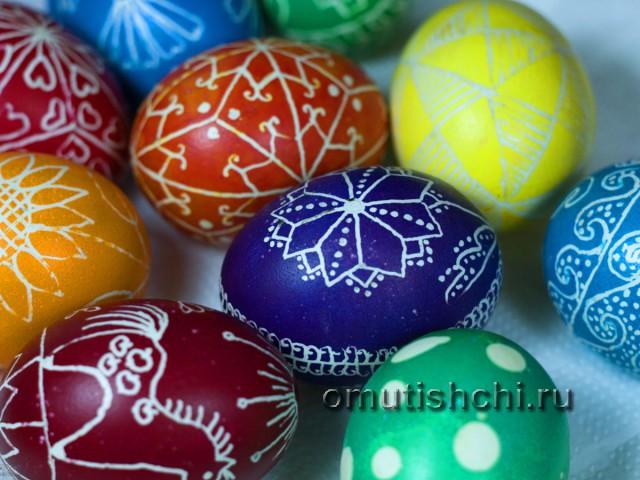 Пасхальные яйца разных цветов